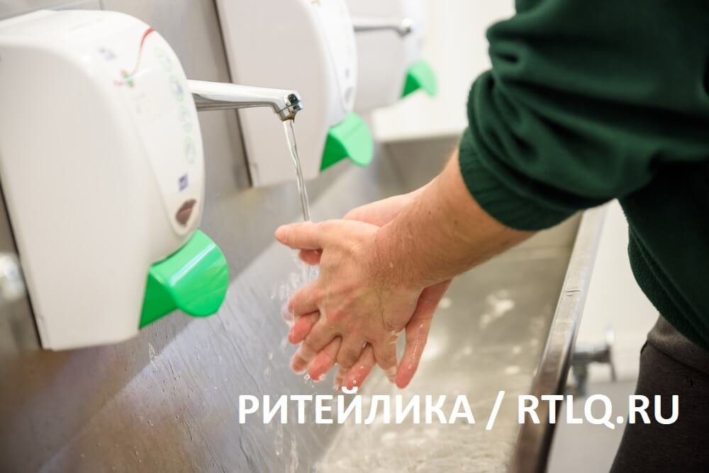 Мытье рук сотрудником на производстве - РИТЕЙЛИКА / RETAILIQA